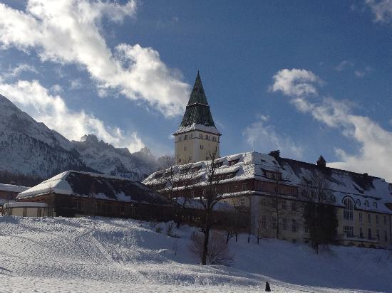 Schloss Elmau in schönster Winterlandschaft
