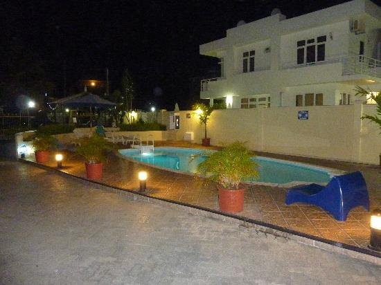 Lagon Bleu Azur: piscine le soir