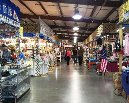 Sevierville, TN: Indoor booths with a great variety of merchandise