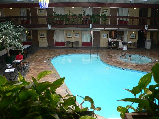 Best Western Bridgeview Hotel: Relax Poolside