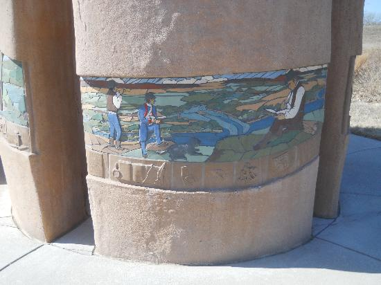 Western Historic Trails Center: Mosaic artowrk on the monument.