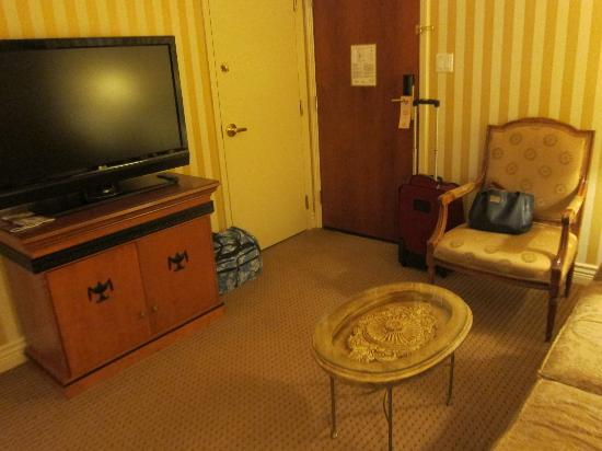 Hotel Le Soleil: flat screen t.v. in room with pullout couch