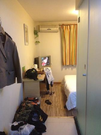 7 Days Inn (Beijing Dongzhimen): room + tv