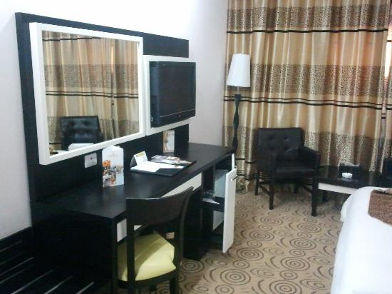 Haroon Hotel: TV and desk