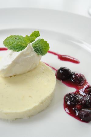 Al Sur Restaurant: Vanilla Lemon Cheesecake Blueberry Compote