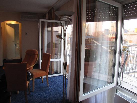 Hotel Beethoven: Wall to wall doors and windows!