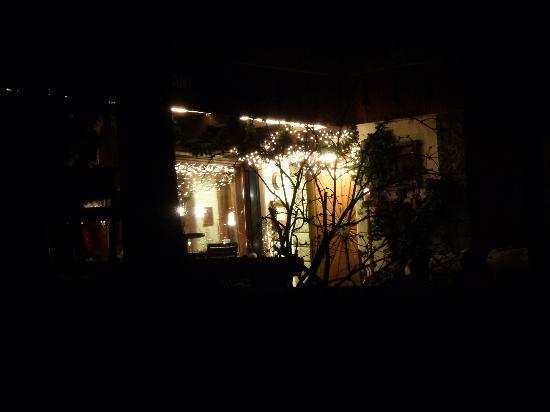 Chalet Hotel Senger : Der Eingangsbereich schön beleuchtet