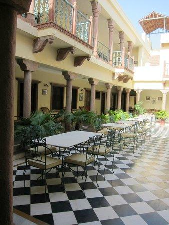 Ratan Vilas : Patio and dinner area