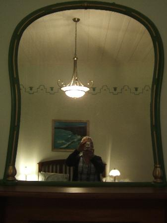 Robertson House : the mirror above the fireplace