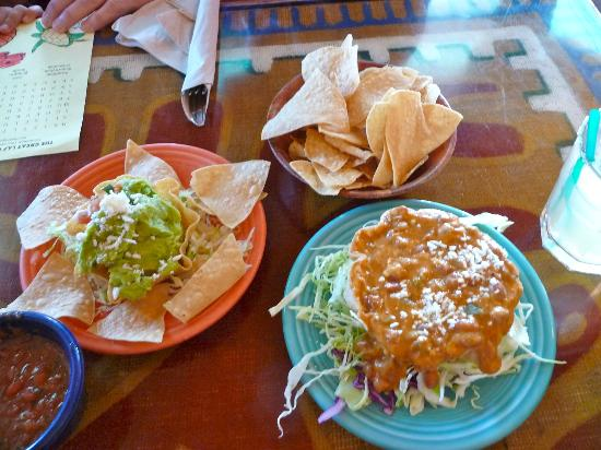 Las Olas Mexican Restaurant: Guacamole, cheese/bean dip, chips