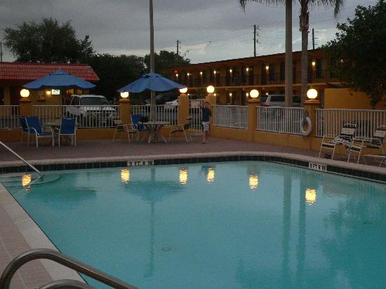 Gulfway Inn: Pool at dusk