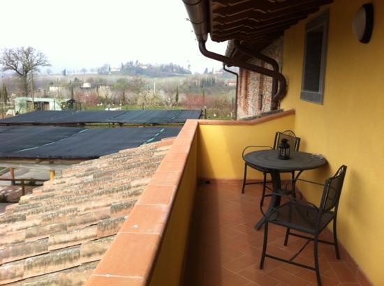 Agriturismo La Colombaia: vista della casa di Giotto dal balcone della stanza