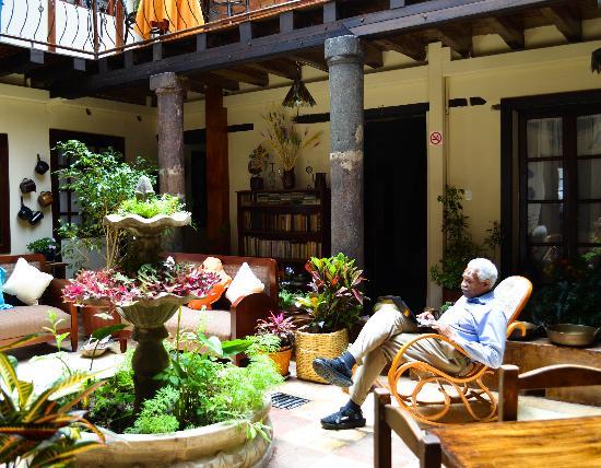 Hotel Boutique Portal de Cantuna: The central courtyard