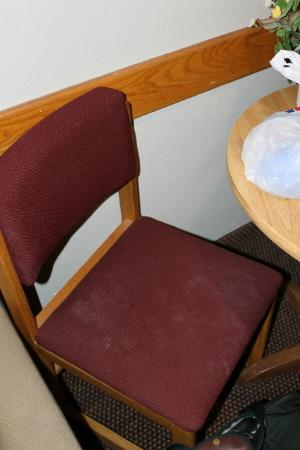 Oak Hill Inn & Suites: Gross stained chairs