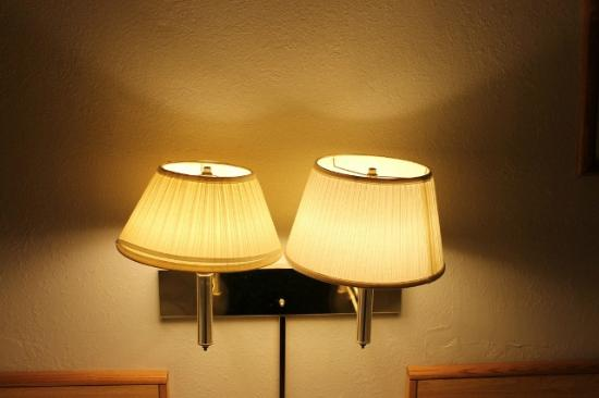 Oak Hill Inn & Suites: Lamp shades need to be replaced, don't even match