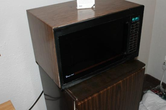 Oak Hill Inn & Suites: Microwave needs to be replaced