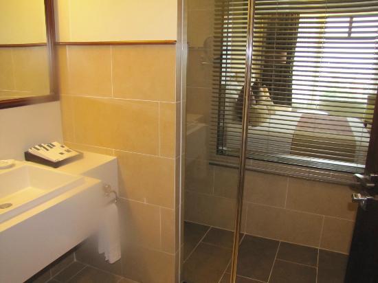 Vissai Saigon Hotel : Chambre vue de la salle de bain