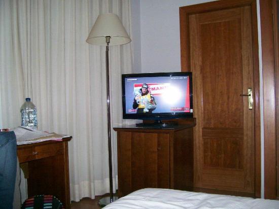 Tv chambre + Porte salle de bain - Photo de Tryp Madrid Cibeles ...