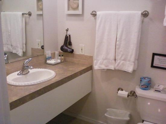 The Waterfront at Potlatch Resort: Bathroom spotlessly clean