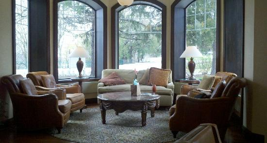 The Osthoff Resort: Lounge area at Lola's Bar--Osthoff Resort
