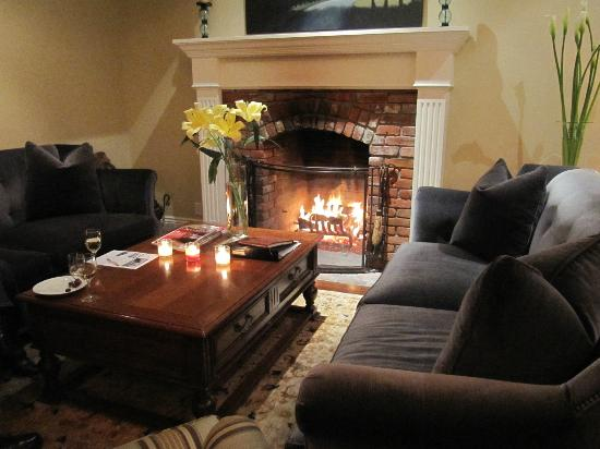 The Gables Inn Sausalito: Public fire place