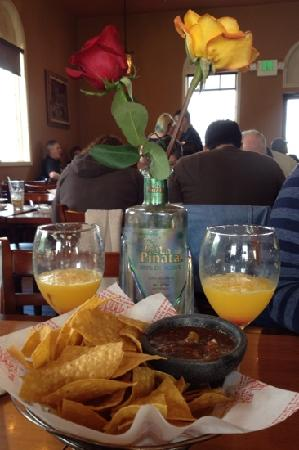 La Pinata 6 Mexican Restaurant & Tequila Bar: Mimosas and breakfast buffet at La Piñata