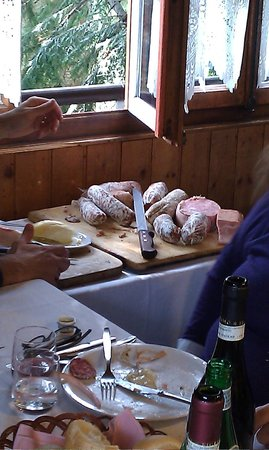 Brusson, อิตาลี: Vassoio vari salumi ( parte di antipasti)