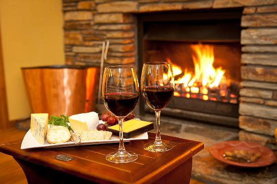 Wanaka Springs Lodge : Pre-dinner drinks in the lounge during winter