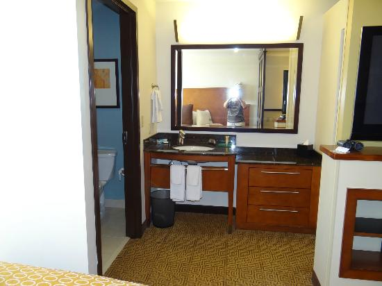 Hyatt Place Phoenix/Mesa: Sink area is outside bathroom.
