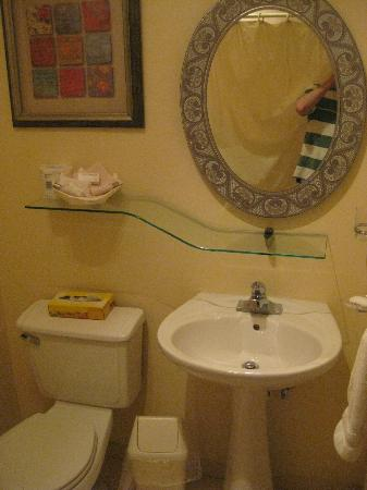Blue Boy Inn: Simple, clean, updated bathroom.