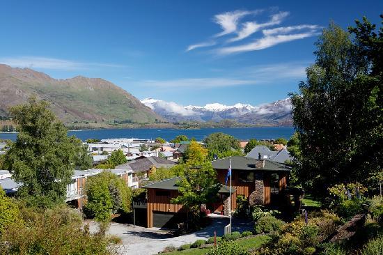Wanaka Springs Lodge: Lake, Mountain and Lodge View