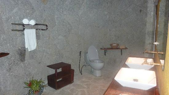 Moon Garden Tagaytay: Bathroom. The shower is on the opposite end. Yes, it's quite huge and open! :)