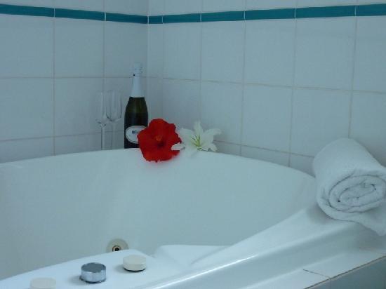 Sapphire Waters Motor Inn: Single spa bath
