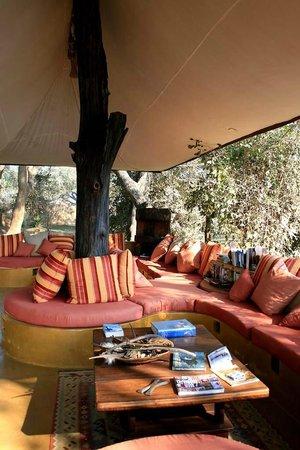 Chongwe River Camp: Spazio relax - bar