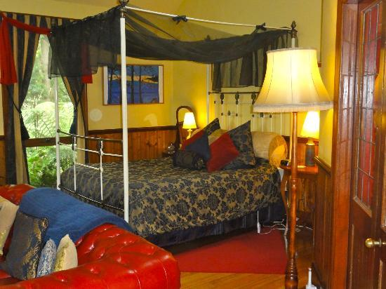 Arcadia Cottages: Lovely bed