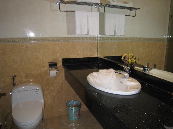 Hanoi Meracus Hotel 1 : Large Bathroom in Family Suite