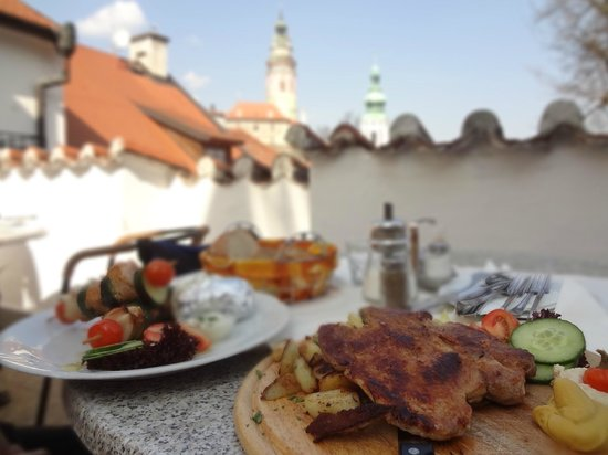 Restaurant Konvice: Outdoor with castle view!