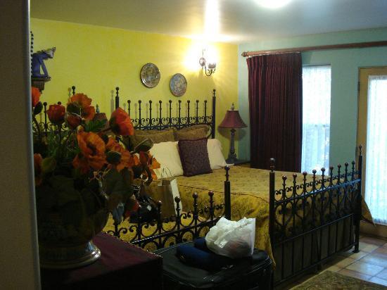 فور كاتشيناس بيد آند بريكفاست: our room