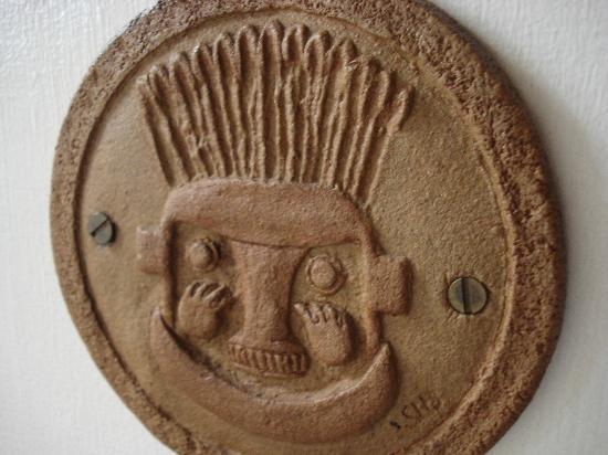 فور كاتشيناس بيد آند بريكفاست: fun symbols on each door