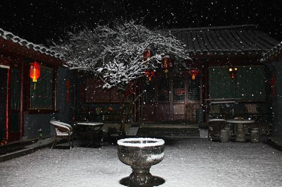 Red Lantern House: Our courtyard on the first night - like a dream