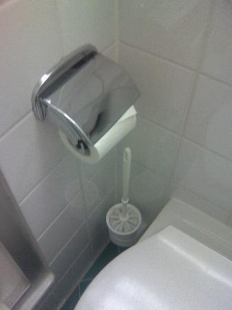 Park Inn by Radisson Nuremberg: ungünstige Anbringung der Toilettenpapierhalters