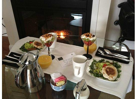 The Platinum Pebble Boutique Inn: Breakfast by the fireplace