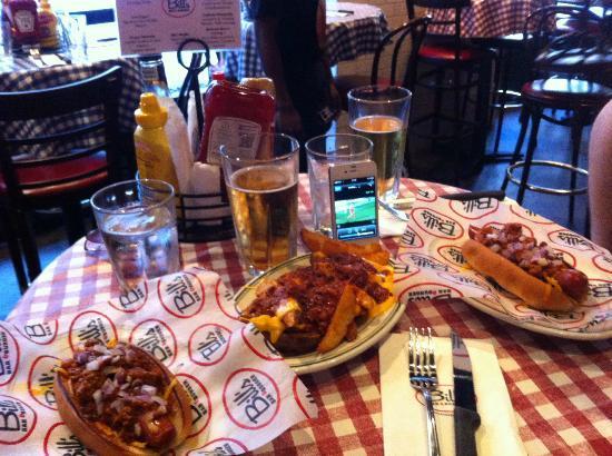 Bill's Bar & Burger: Hot Dogs und Pommes mit chilli cheese und dazu ein Bier!