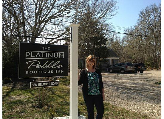 The Platinum Pebble Boutique Inn: Front Sign