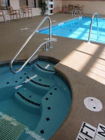 Town & Country Inn and Suites Quincy: The water is clear and refreshing!