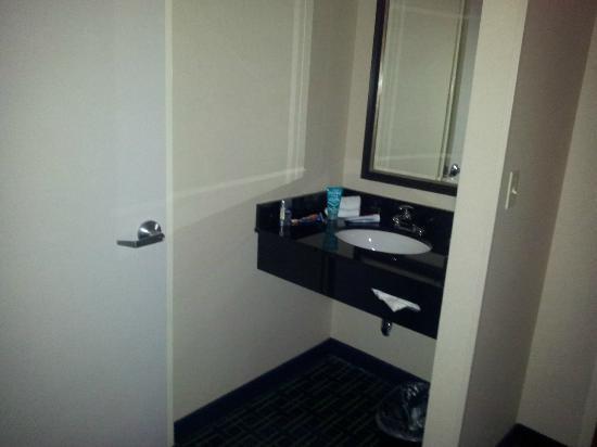 Fairfield Inn & Suites Louisville Downtown: Sink outside Bathroom