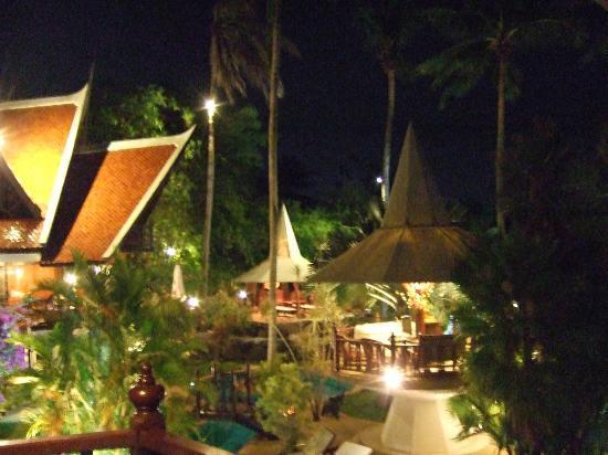 Coco Palace Resort: территория ночью