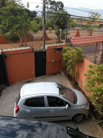 Hotel Santa Maria Inn : Inhägnad gård att parkera på