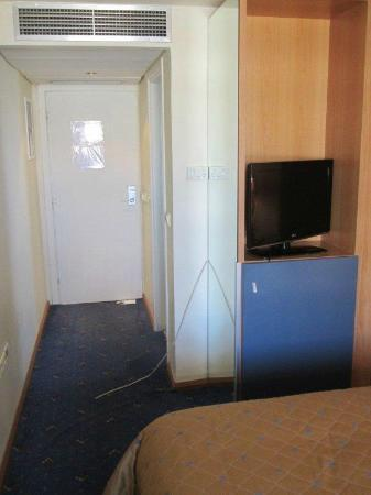 Congo Palace Hotel: Fernsehkabel hängt quer im Eingangsbereich - Sturzgefahr