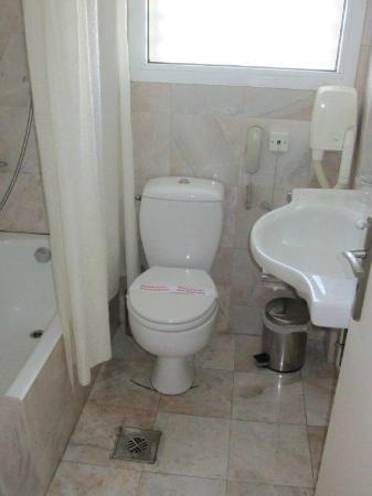 Congo Palace Hotel: Sauberkeit, Wasser läuft aus Abwasserrohr auf Fussboden